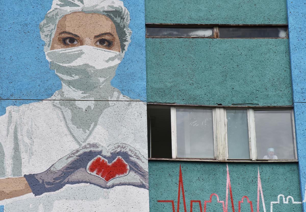 Коронавирус новости - в Харькове врачи массово увольняются после наплыва больных COVID-19 / REUTERS