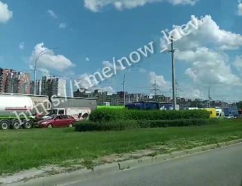 Вантажівки застрягли у заторі / скріншот