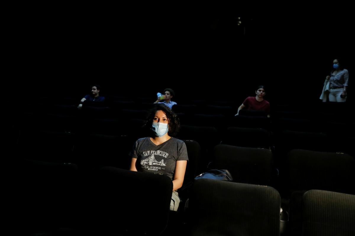 Зрителям в залах кинотеатров придется соблюдать дистанцию / фото REUTERS
