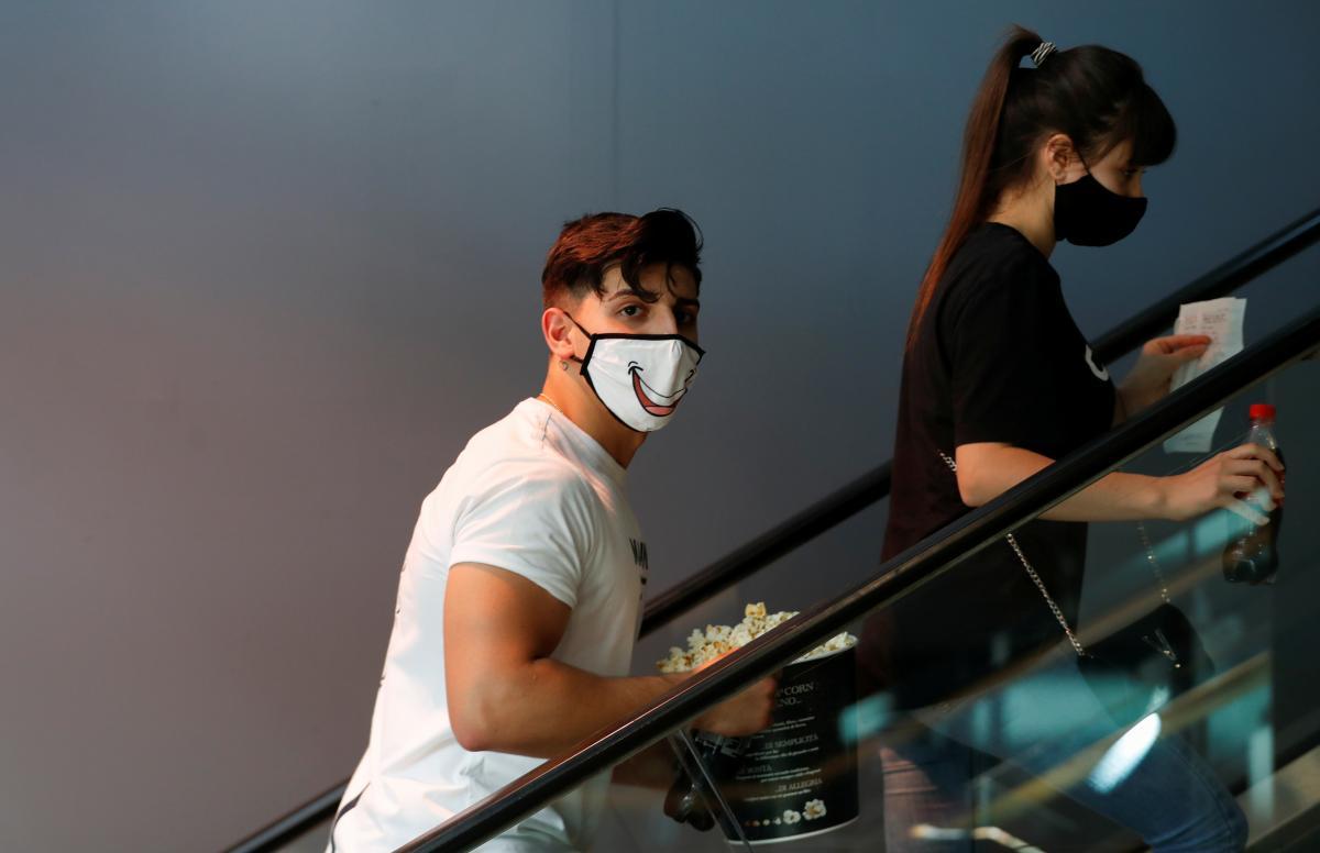 Кинотеатры теперь придется посещать только в масках / фото REUTERS