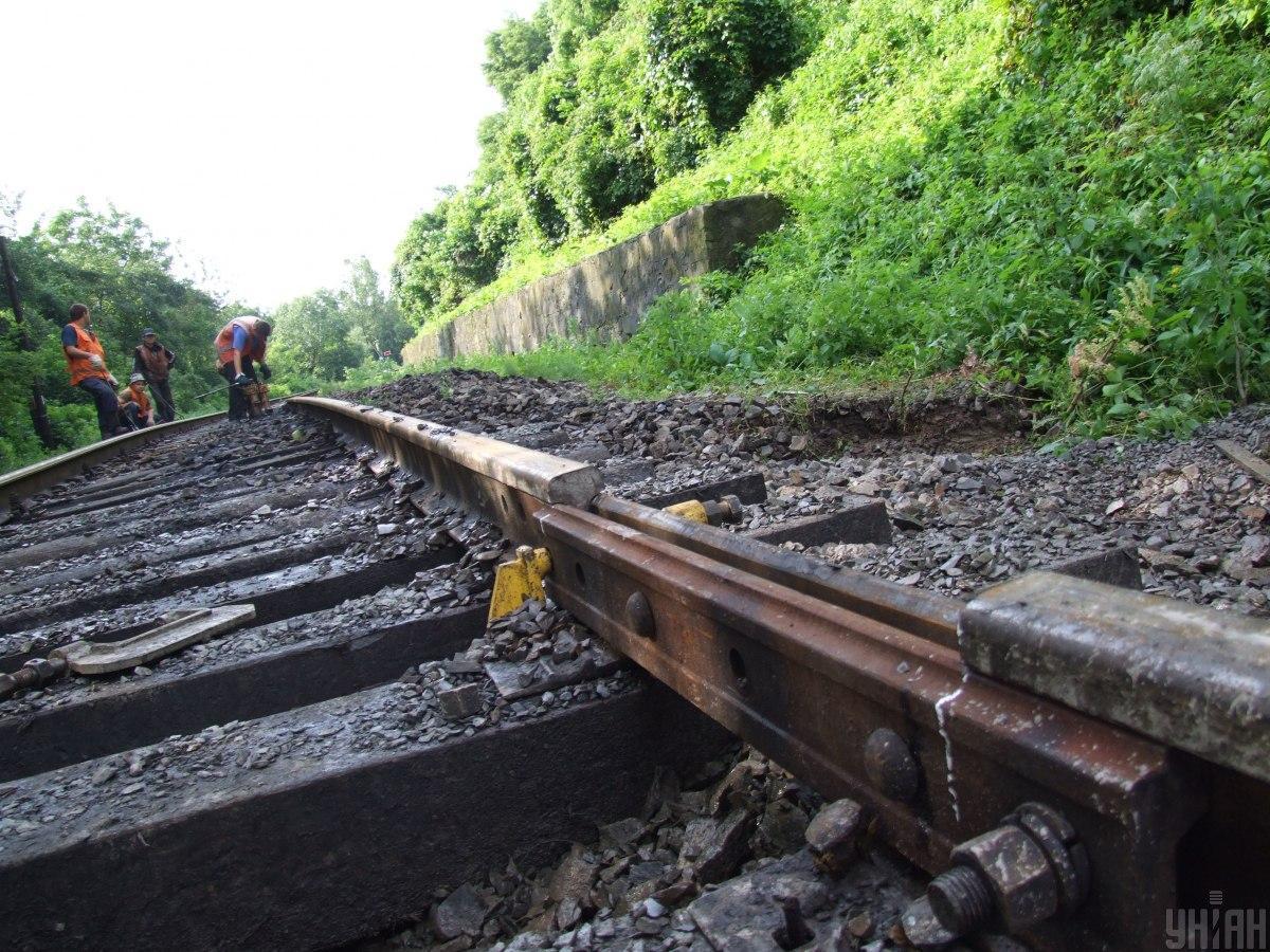 УЗ сьогодні відновить залізничне сполучення на Прикарпатті / фото УНІАН