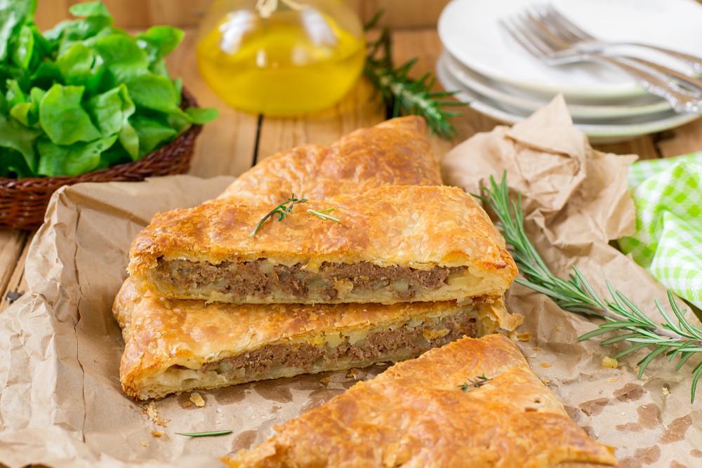 Как приготовить Мясной пирог на кефире / фото Shutterstock