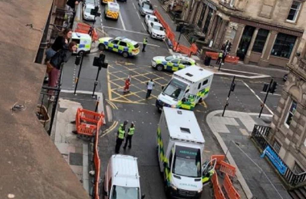 Тем временем один из свидетелей заявил, что видел четырех человек, которых выносили к каретам «скорой помощи» / bbc.com