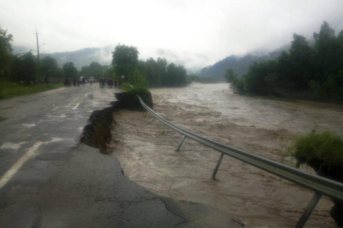По словам министра, из-за наводнения погибли трое людей/ фото ГСЧС