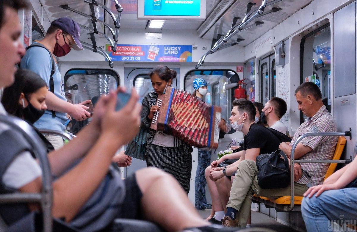 Украинцы не придерживаются социальной дистанции в транспорте / фото УНИАН