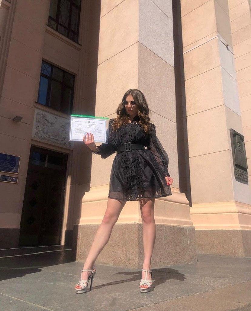 Для важного дня Барбара облачилась в короткое черное платье / фото instagram.com/kuzmenko_barbara/