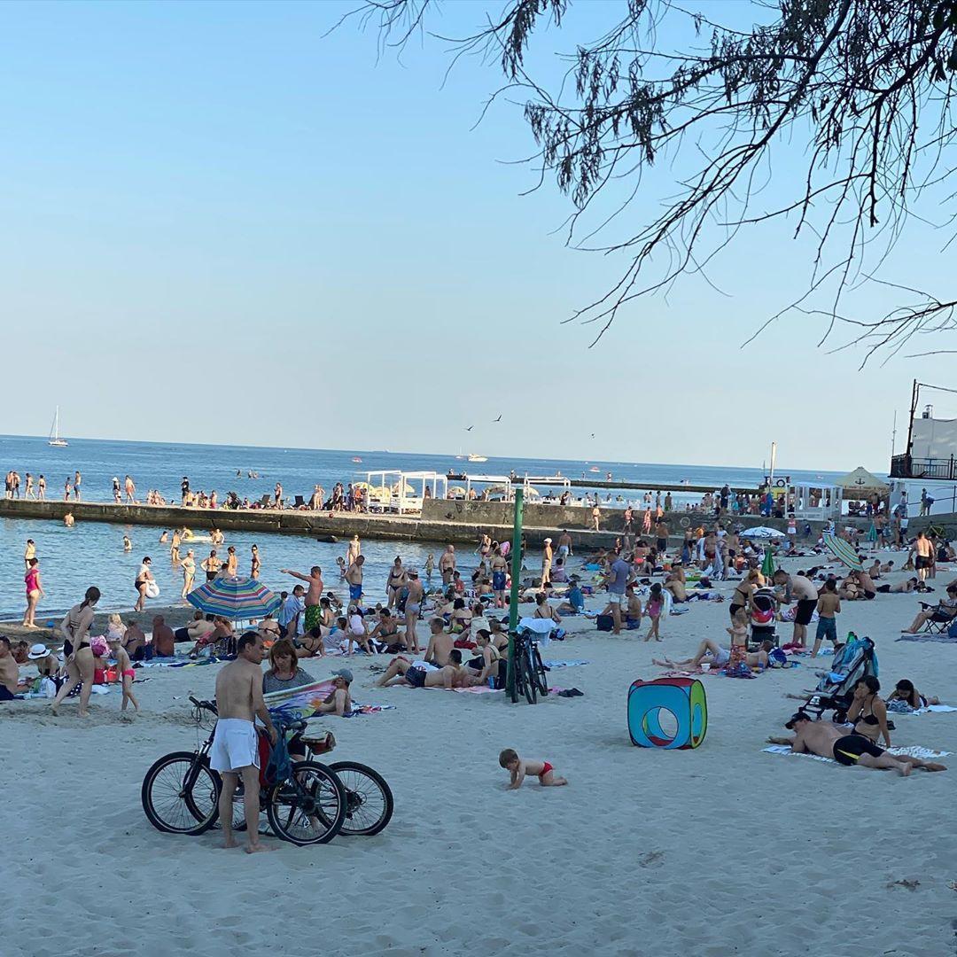 В Одесі пляжі і клуби переповнені людьми / фото instagram.com/info__odessa/
