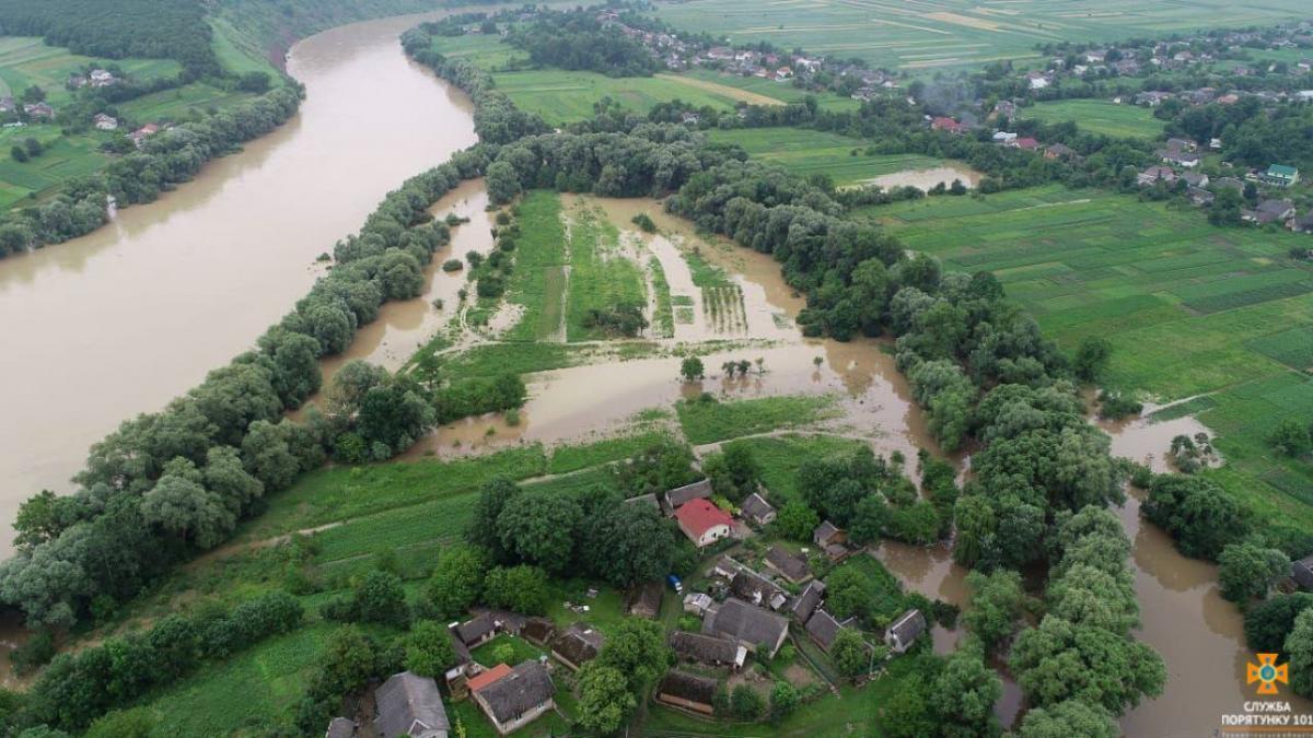Последствия наводнения на западе Украины / фото REUTERS