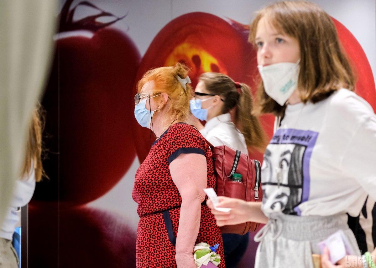 В Минздраве говорят, что одной маски в день в школе будет достаточно / фото УНИАН