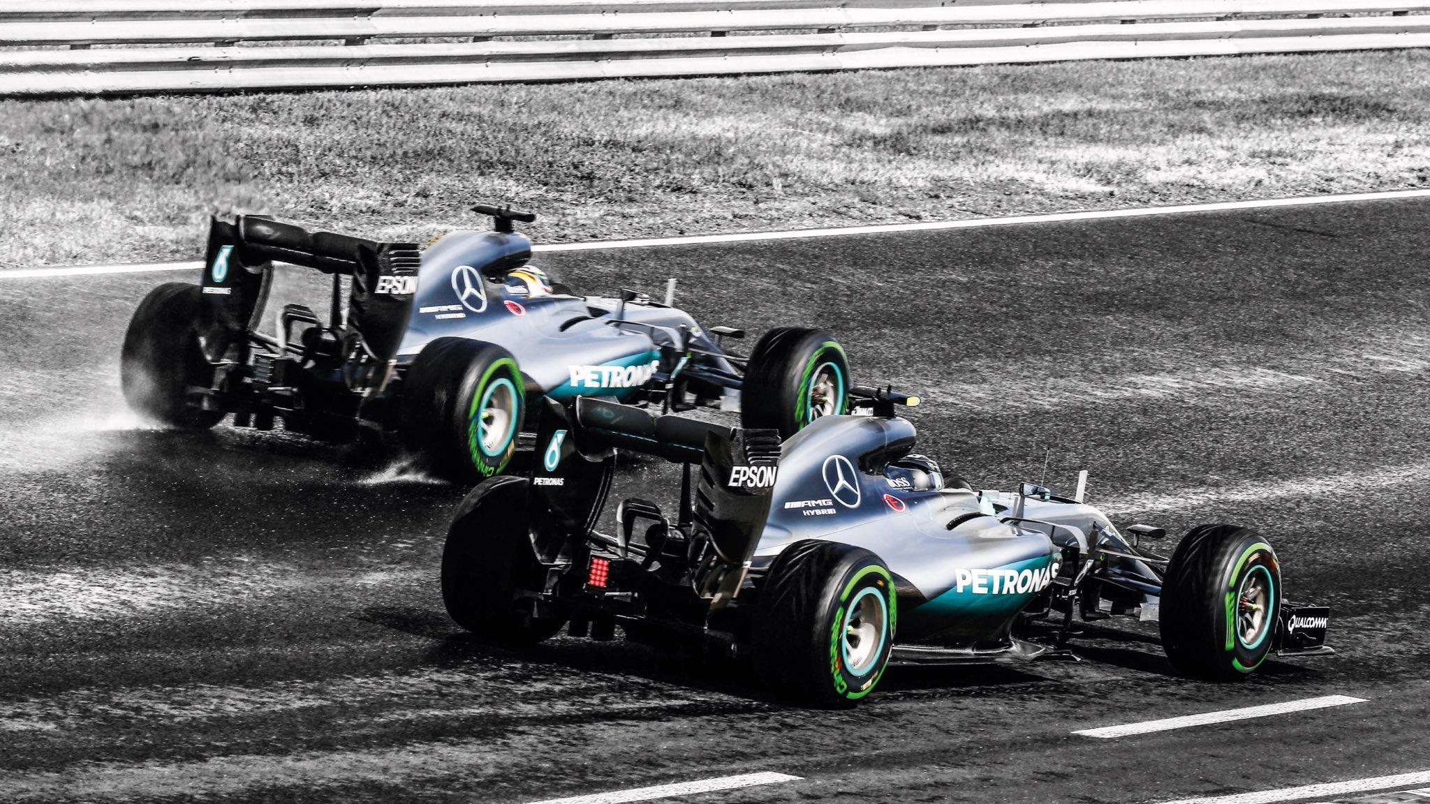 Болиды Мерседеса были серебристыми / фото twitter.com/MercedesAMGF1