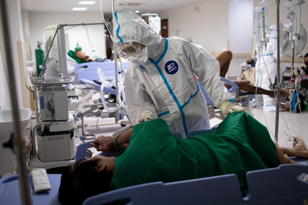 Пандемия COVID-19 помогает распространяться еще одной опасной инфекции / REUTERS
