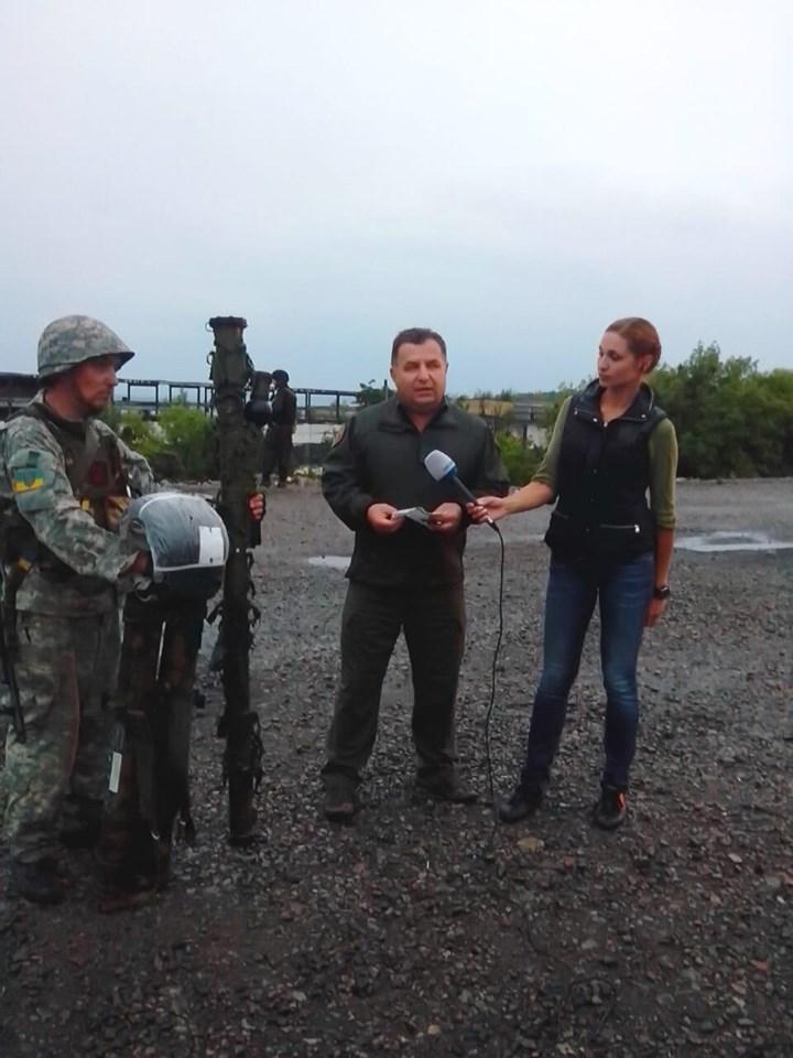 Журналисты делают сюжет о захваченном в Славянске российском вооружении