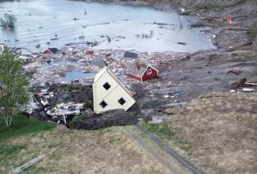 Оползень в Норвегии снес в море восемь домов