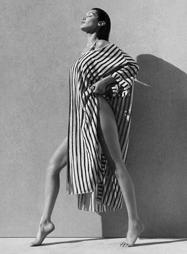 Модель представила новую коллекцию пляжной одежды Calvin Klein Swimwear / Фото Elle
