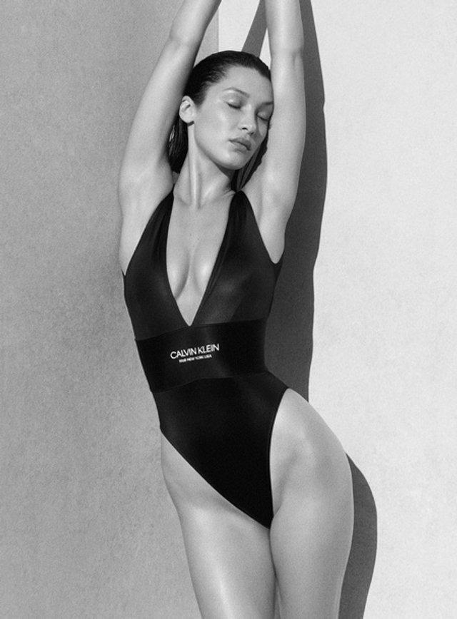 Модель представила нову колекцію пляжного одягу Calvin Klein Swimwear / Фото Elle