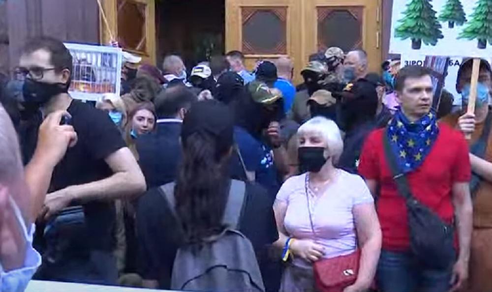 Порошенко допрос - у ГБР собрались около 200 сторонников Порошенко / Скриншот