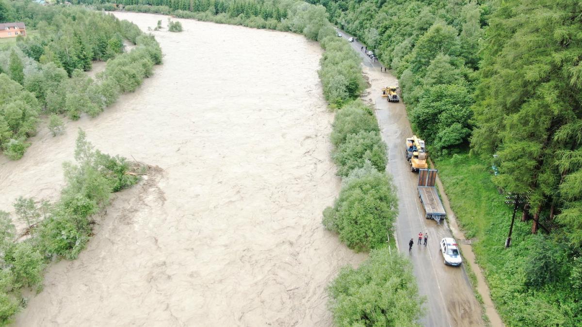 На прошлой неделе правительство выделило на преодоление последствий наводнений на западе Украины 672 миллионов гривень / фото if.dsns.gov.ua