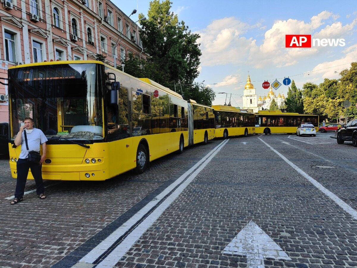 Рух транспорту біля суду було заблоковано / фото apnews.com.ua
