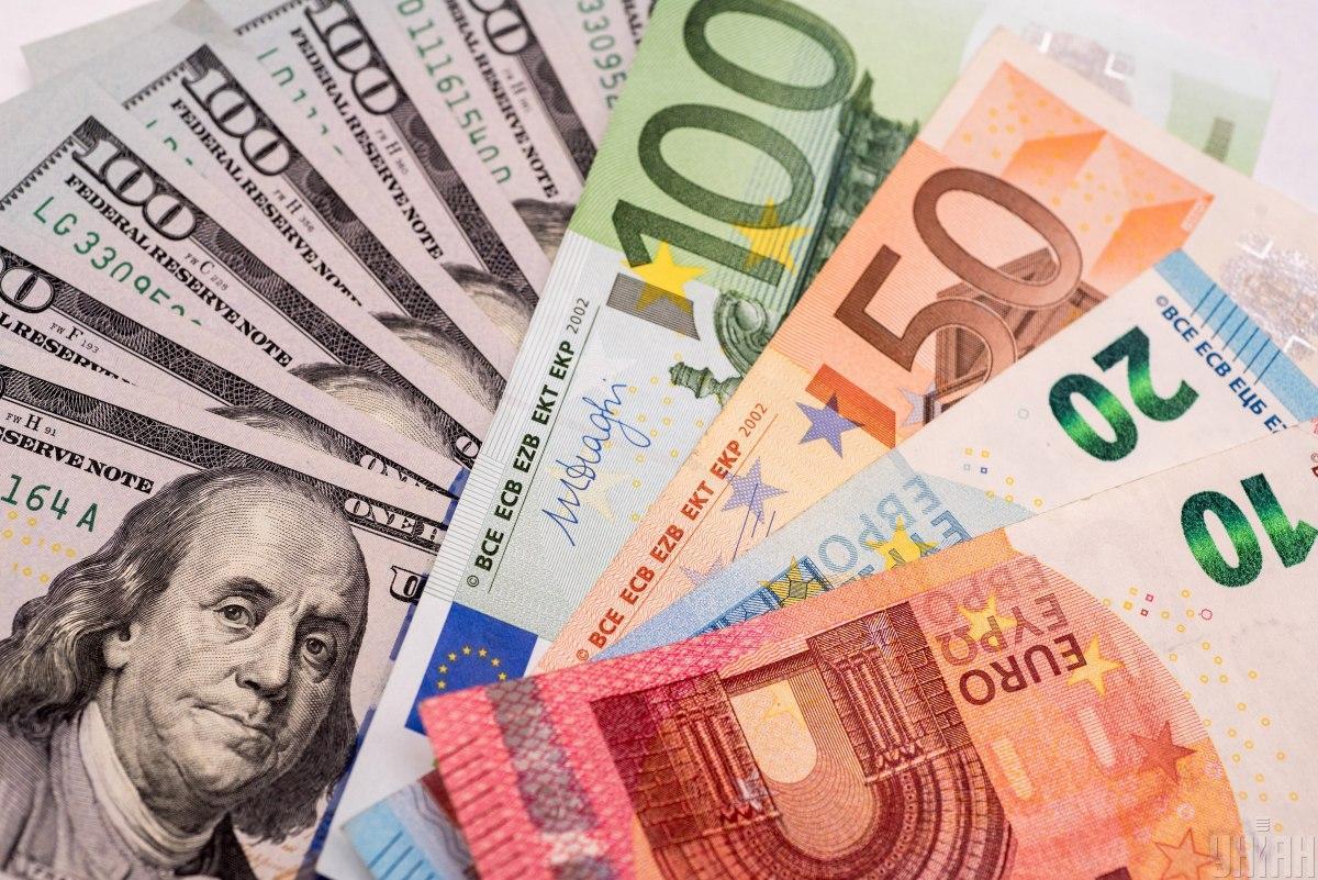 Гривня по официальному курсу ослабла к доллару и укрепилась к евро / фото УНИАН