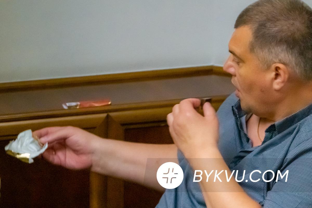 """""""Юзик"""" лакомился батончиком на заседании / фото bykvu.com"""