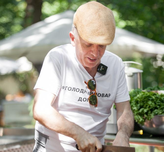 Савва Либкин показываети рассказывает, как приготовить мидии в белом вине с петрушкой / фото facebook.com/Restorator.Savva.Libkin