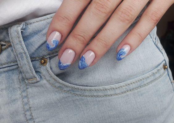 Хвилі на нігтях / фото pinterest.com