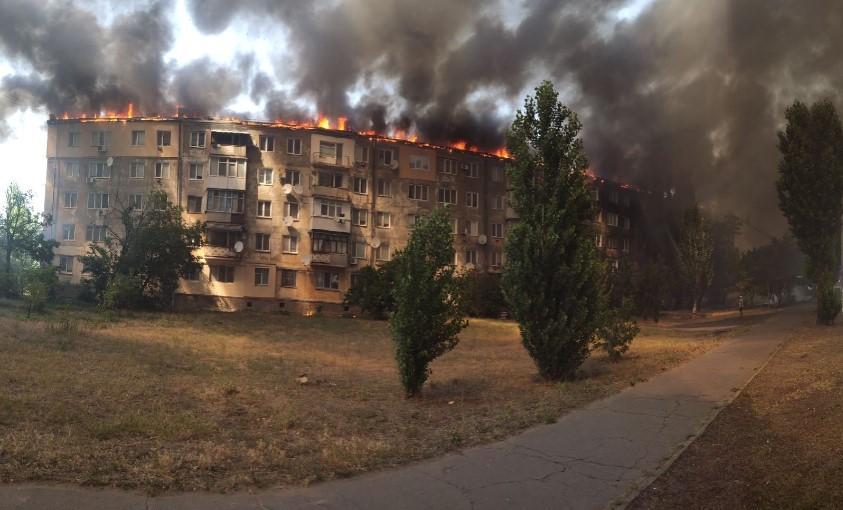 Пожежа у квартиріперекинулася на шиферний дах / фото Хр*новаяКаховка/Twitter