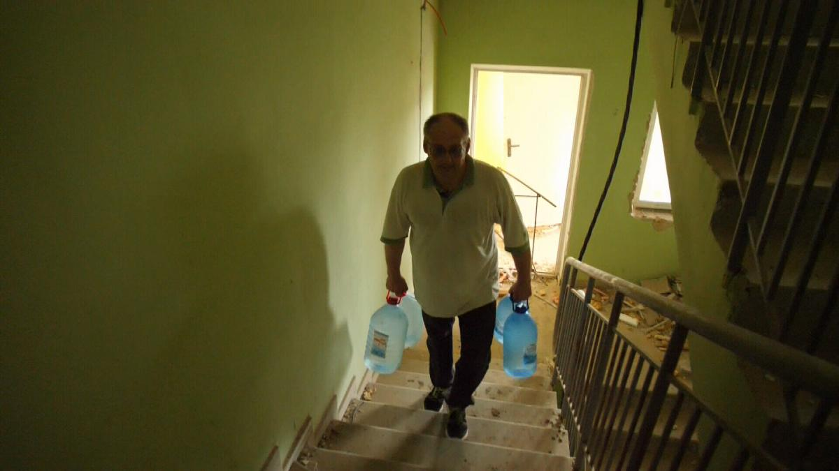 Найцінніше тут – вода. Володимир Студінський носить воду у руках на дев'ятий поверх