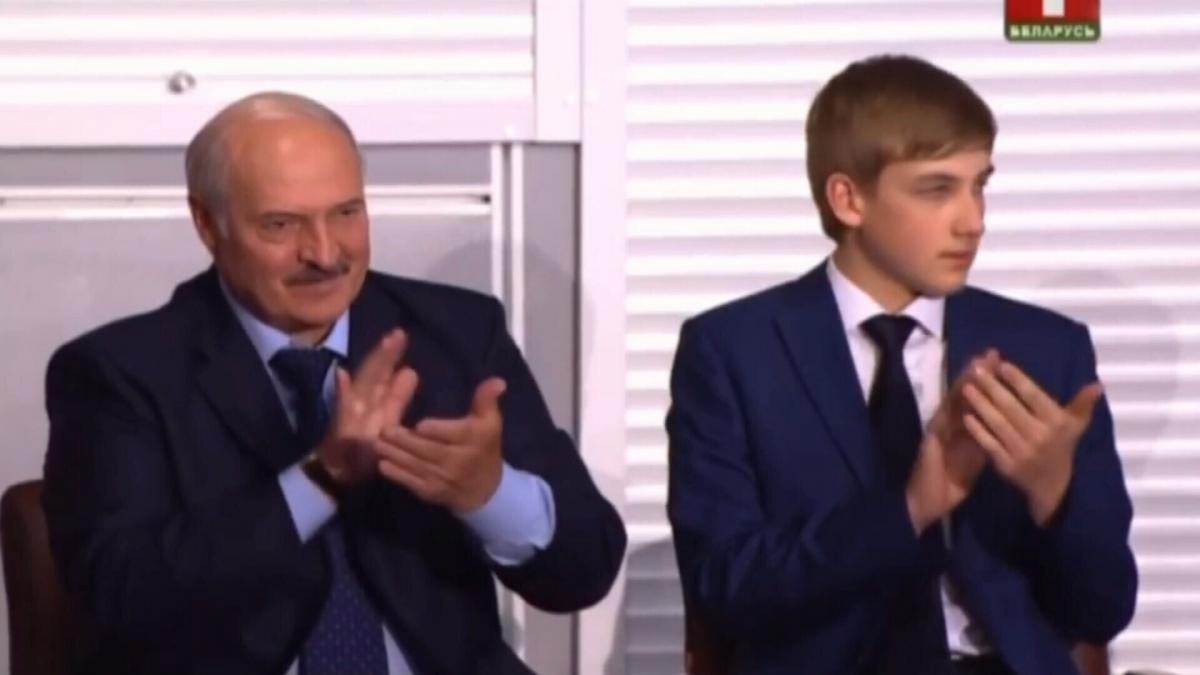 Говорять, що Лукашенко прикривається сином від замаху / скріншот