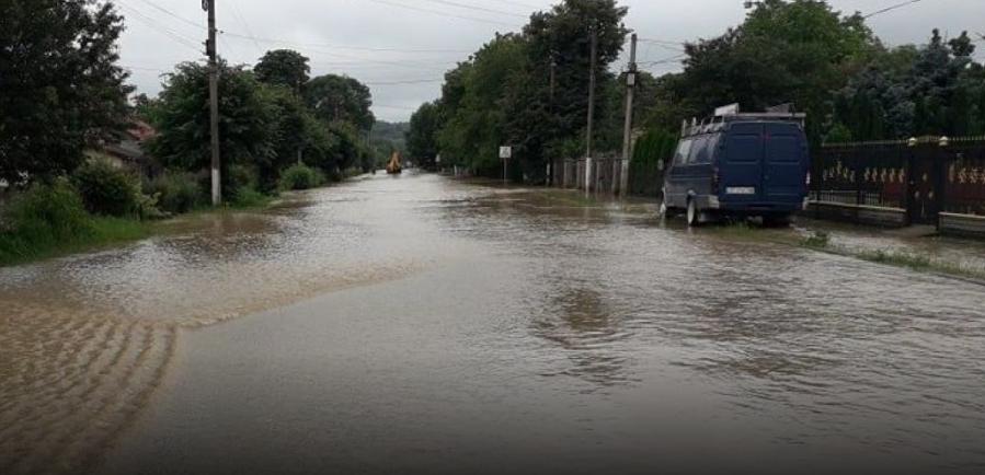 Сильные дожди повредили дороги на Прикарпатье / ТСН