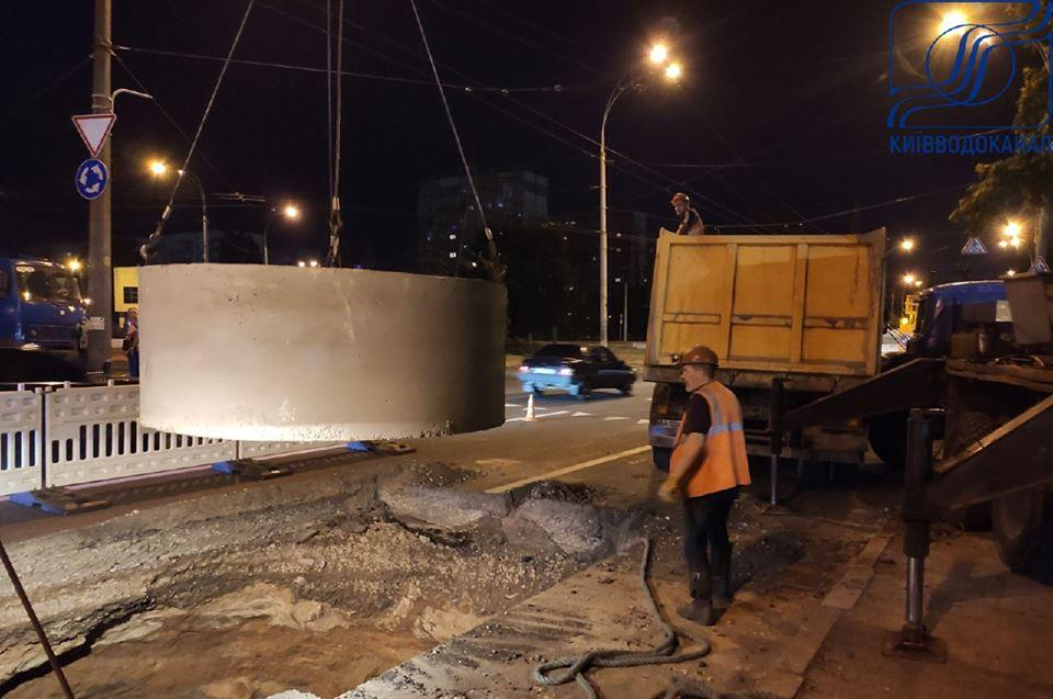 Аварія на колекторі в Києві / фото facebook.com/vodokanal