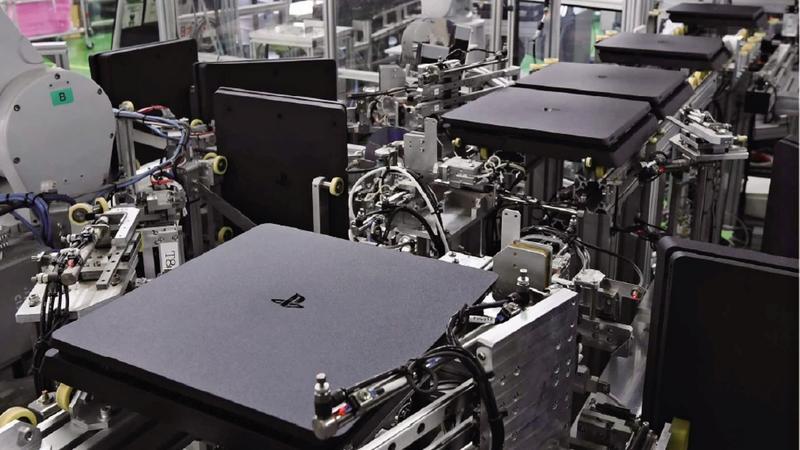 Практически всю работу на фабрике выполняют роботы / nikkei.com