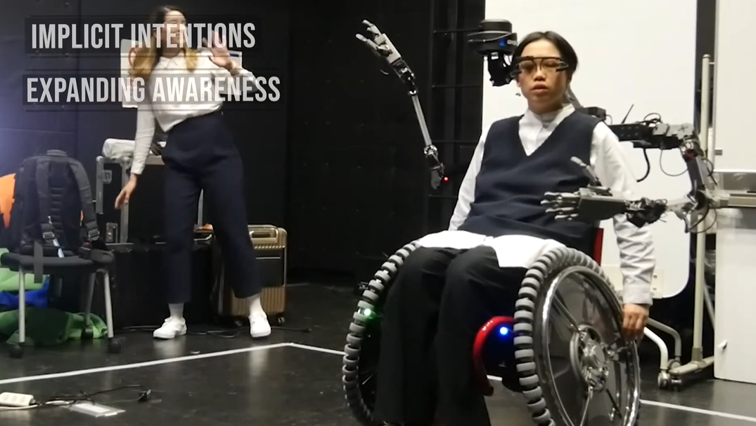 Японцы оснастили коляску механическими конечностями/ Скриншот с видео