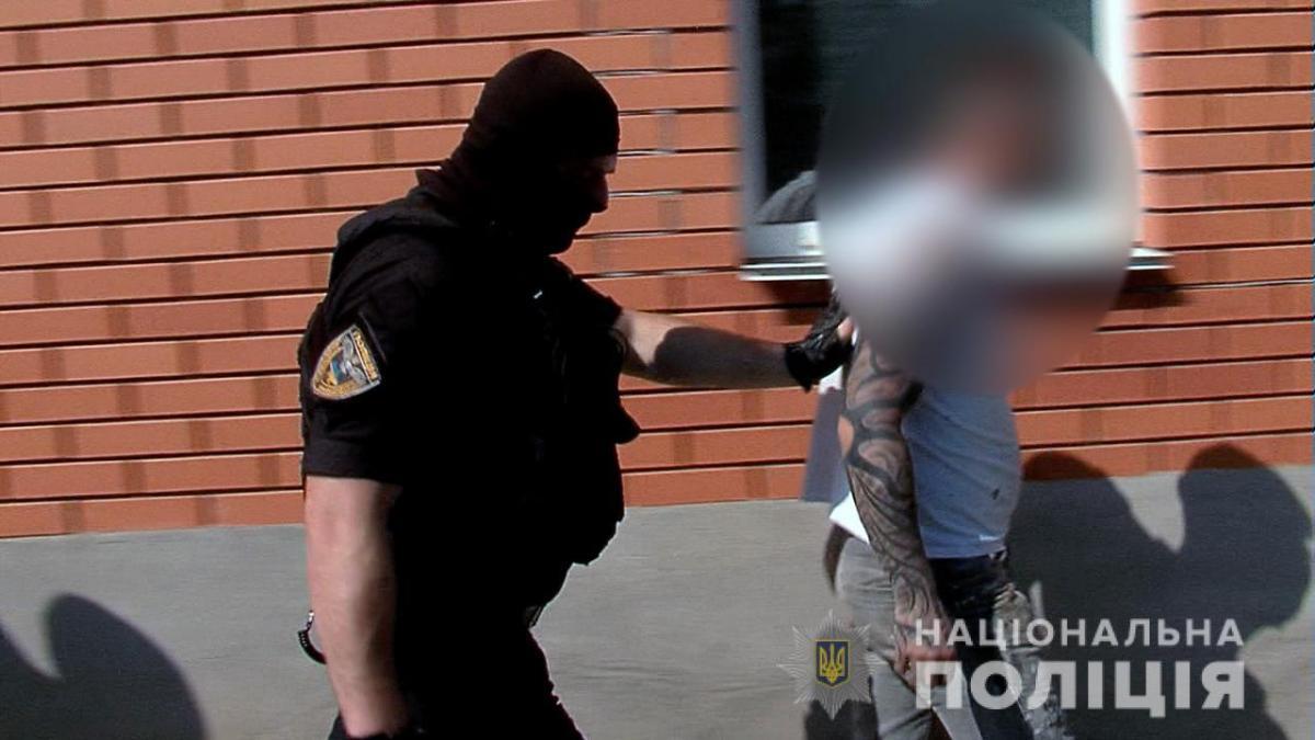 Під час обшуків слідчі вилучили мобільні телефони, комп'ютерну техніку, електронні носії інформації та інші речові докази / vn.npu.gov.ua