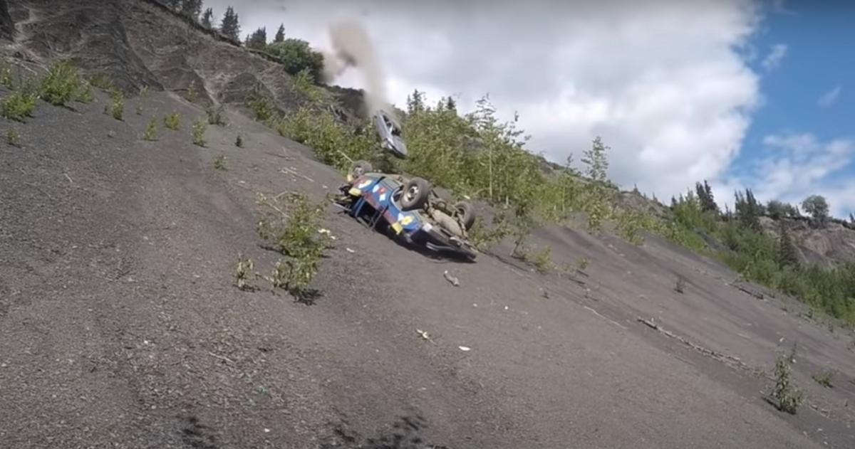 Автомобили сбрасывают с91-метрового обрыва/ скриншот из видео