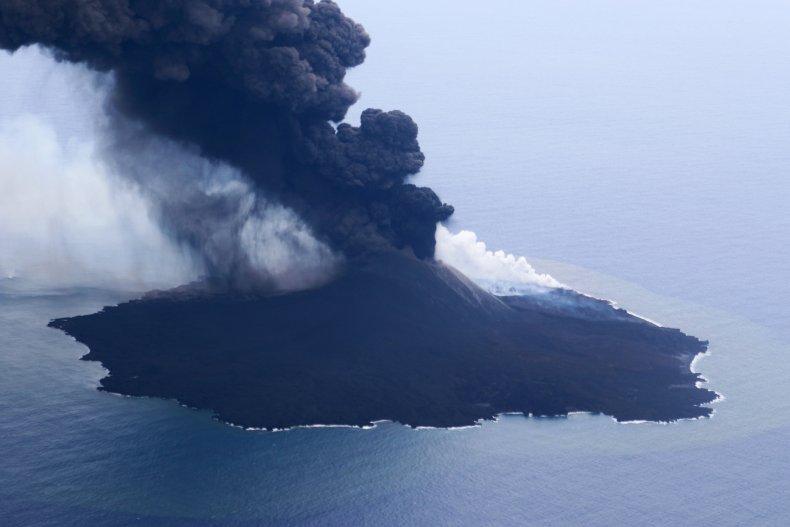 Остров Нисиносима быстро увеличивается / Japan Coast Guard