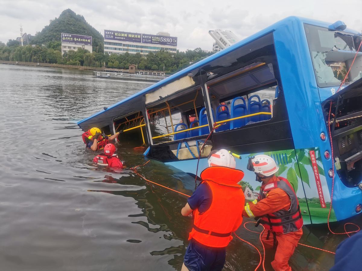 В Китае пассажирский автобус упал в озеро / REUTERS