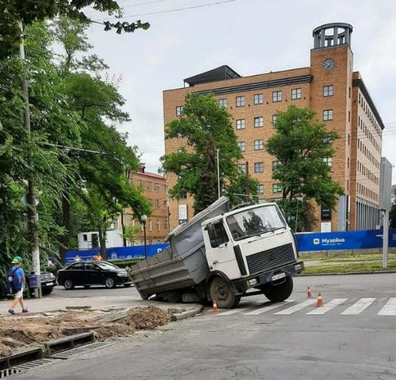 За словами очевидців, на проспекті Яворницького тривають провали