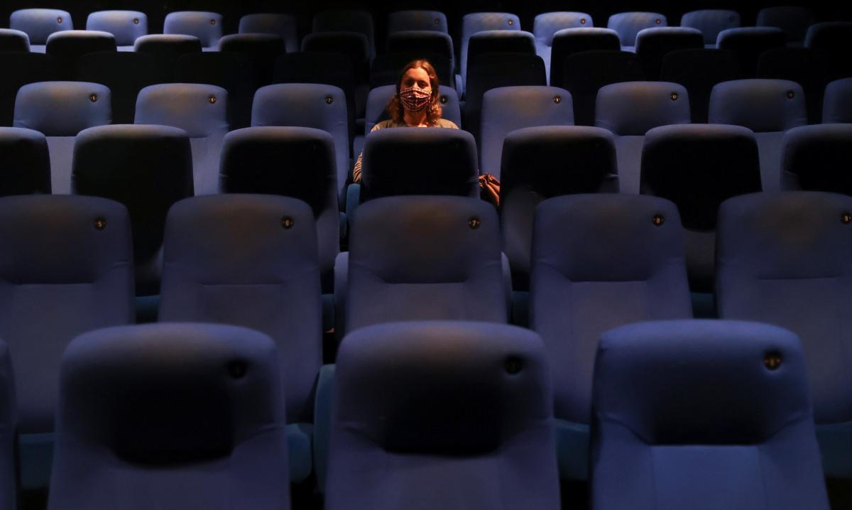 Наразі в Україні запроваждено локдаун, кінотеатри не працюють / фото REUTERS