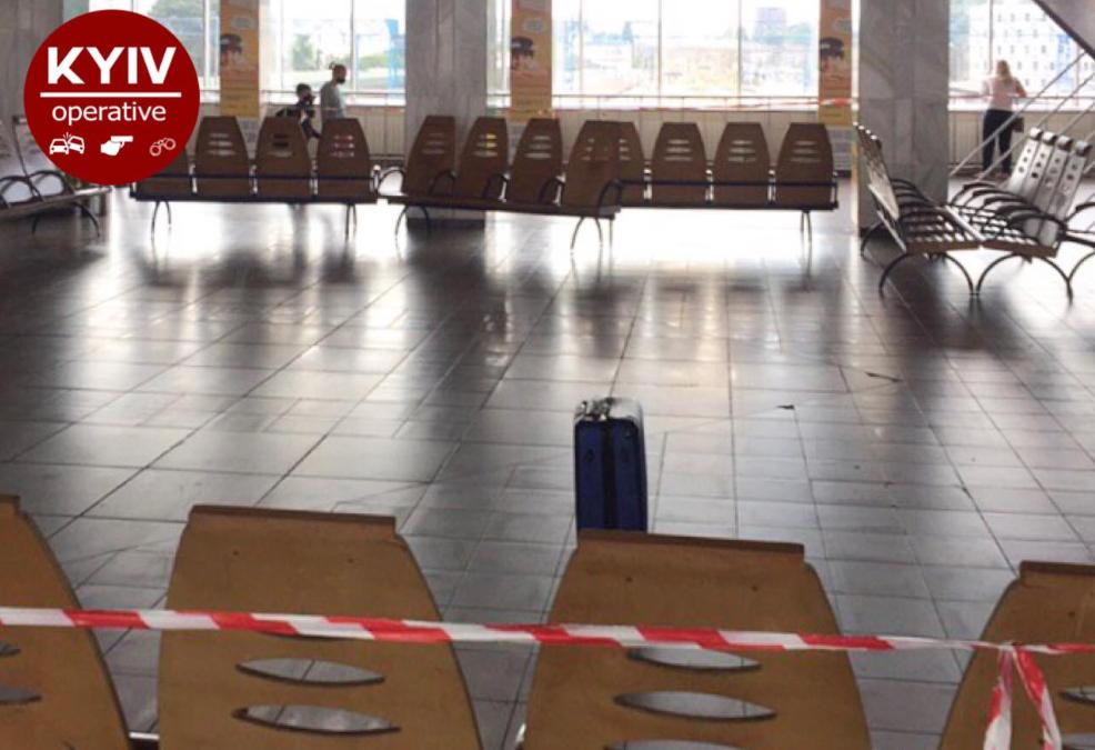 На вокзалі Києва знайшли підозрілу валізу/ Facebook, Киев оперативный
