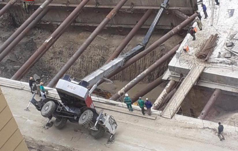 На строительстве метро на Виноградарь перевернулся кран / Facebook, Киев оперативной