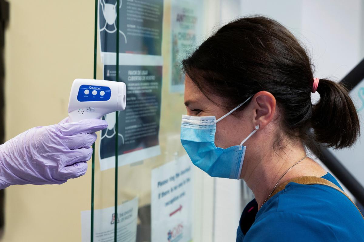 Ученые заявили о мутации коронавируса \ REUTERS