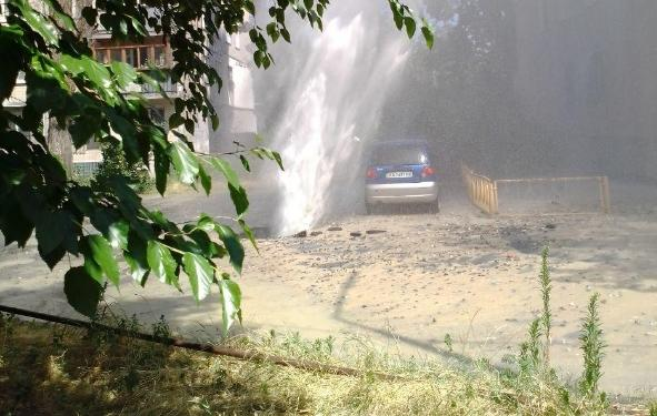 """В результате прорыва образовался """"фонтан"""" / фото УНИАН"""