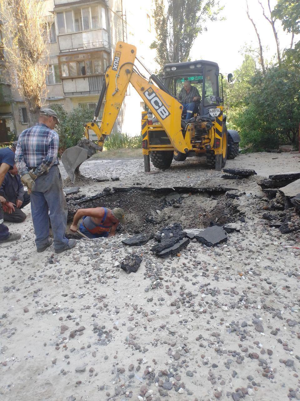 Последствия прорыва трубы на Березняках/ фото УНИАН