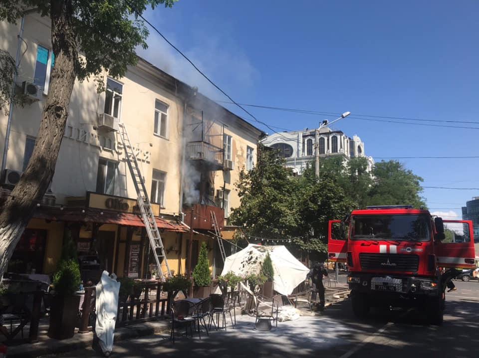 В Одесі горить будинок 1814 року побудови. / Facebook, Головне управління ДСНС України в Одеській області