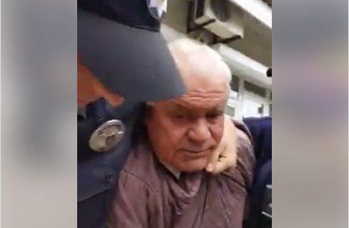 Мужчине стало плохо, когда на него надели наручники / скриншот из видео