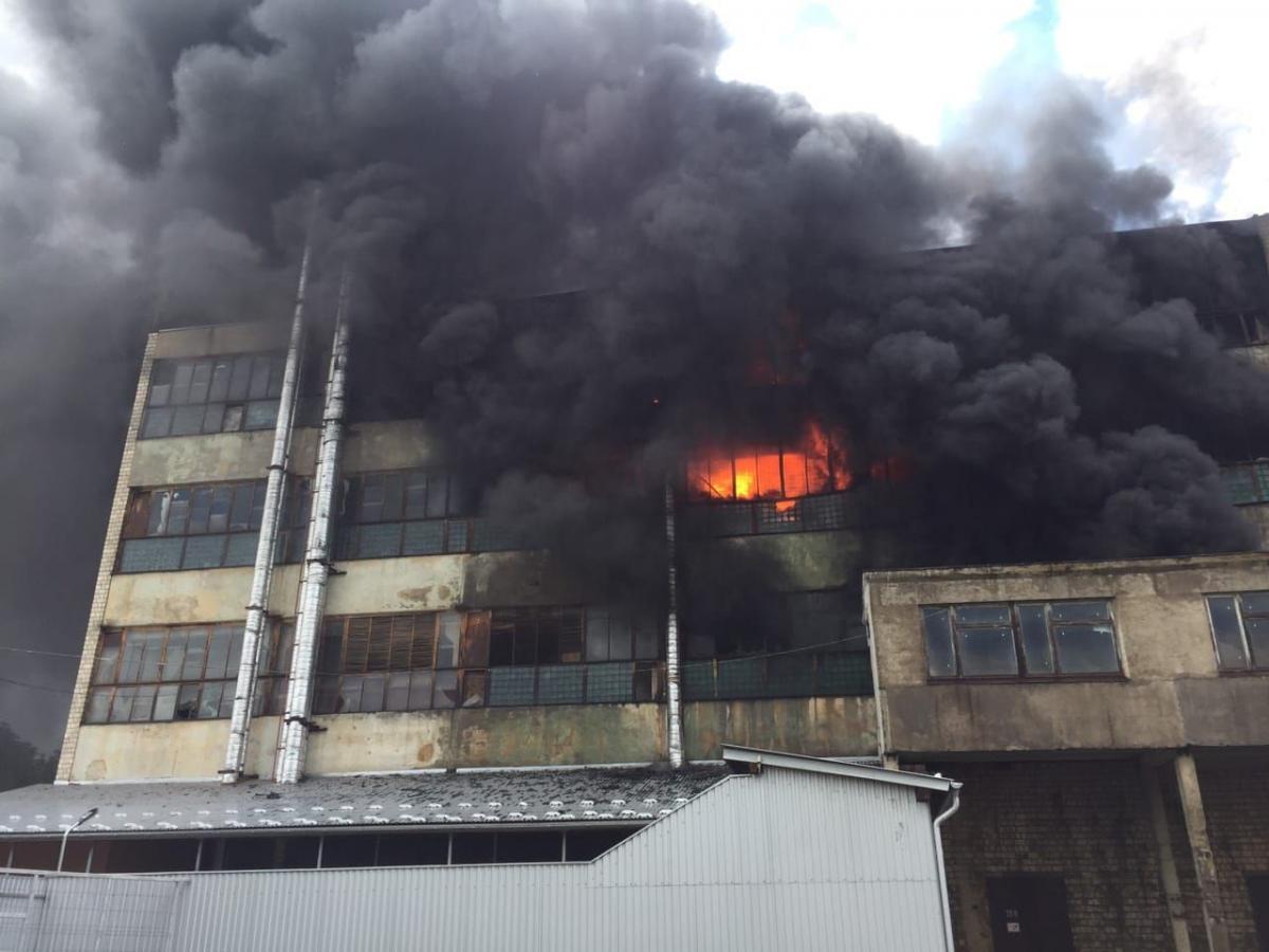 В Черновцах загорелась фабрика / фото ГСЧС