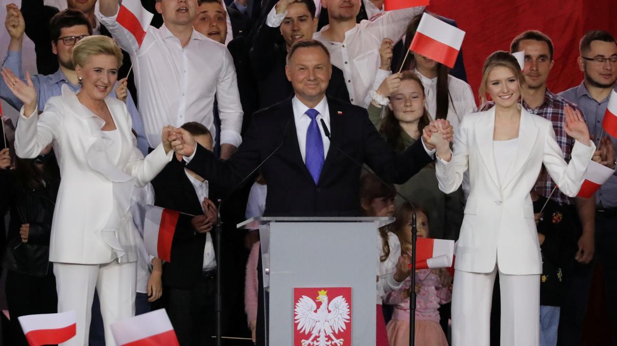 Действующий президент Польши Дуда со своей женой Агатой и дочерью обращается к сторонникам после объявления первых результатов экзит-полов / фото REUTERS