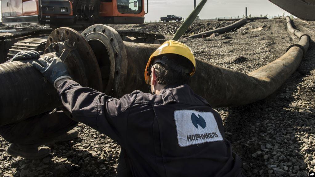 Масштабная утечка горючего в России произошла уже второй раз за несколько месяцев / Фото AP