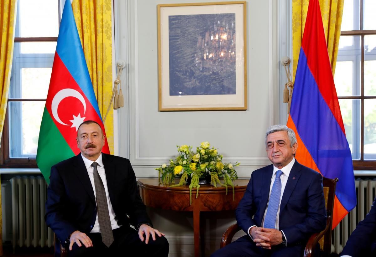 Президент Азербайджана Алиев позирует рядом с президентом Армении Саргсяном на открытии переговоров в Женеве / REUTERS